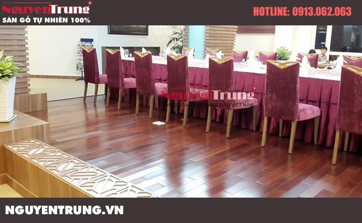 Thi công sàn gỗ Căm Xe Lào tại  quán ăn ngon